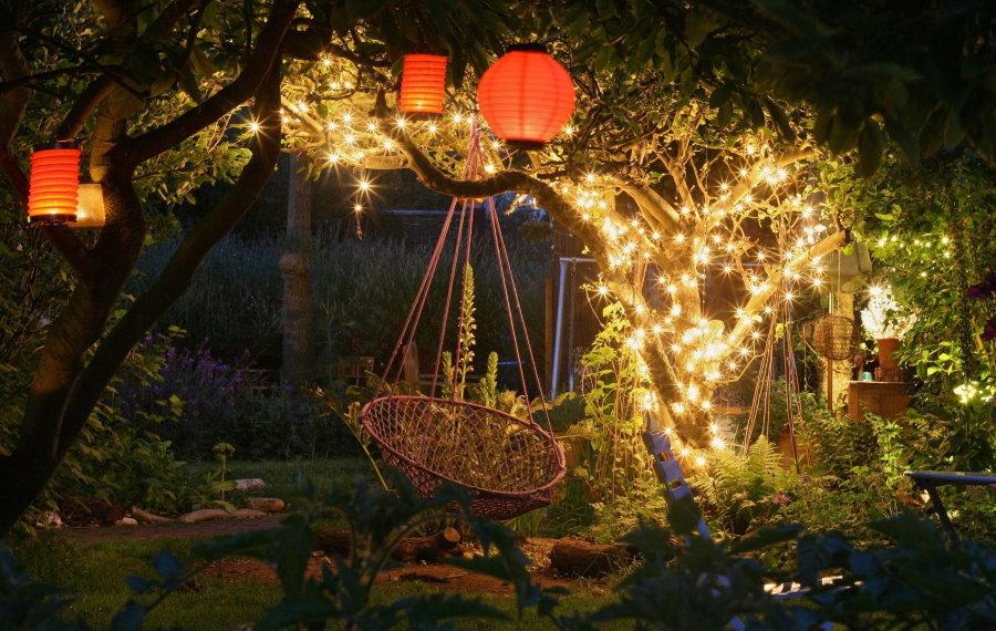 Светодиодная гирлянда на дереве с подвесным креслом