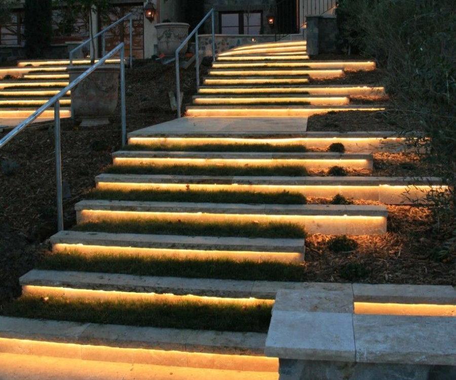 Светодиодная подсветка ступеней садовой лестницы