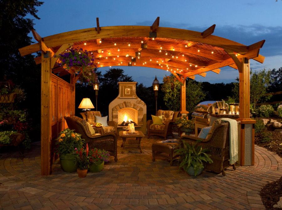 Освещение площадки в саду с деревянной перголой
