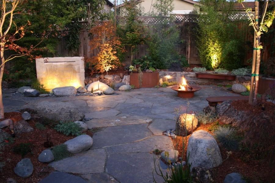 Декоративные светильники на площадке из природного камня