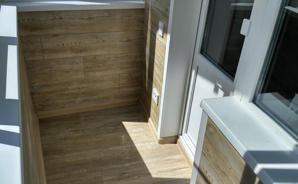 фото современной отделки стен и пола балкона длинным рукавом, вырезом