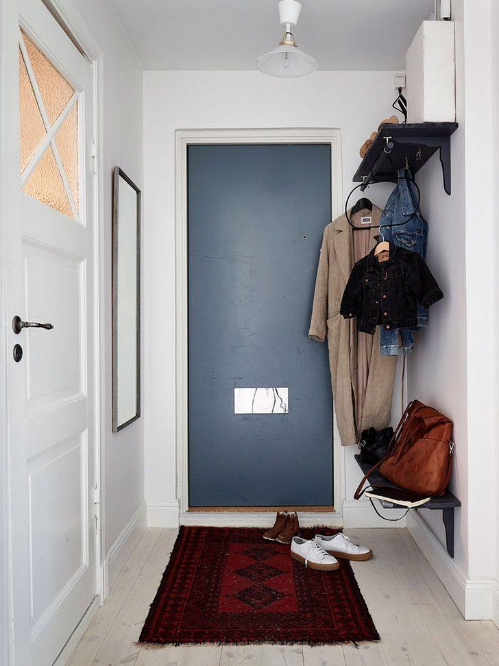Вешалка для верхней одежды в узкой прихожей