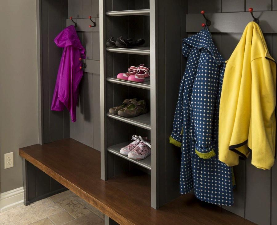 Открытый шкаф в прихожей для повседневной одежды