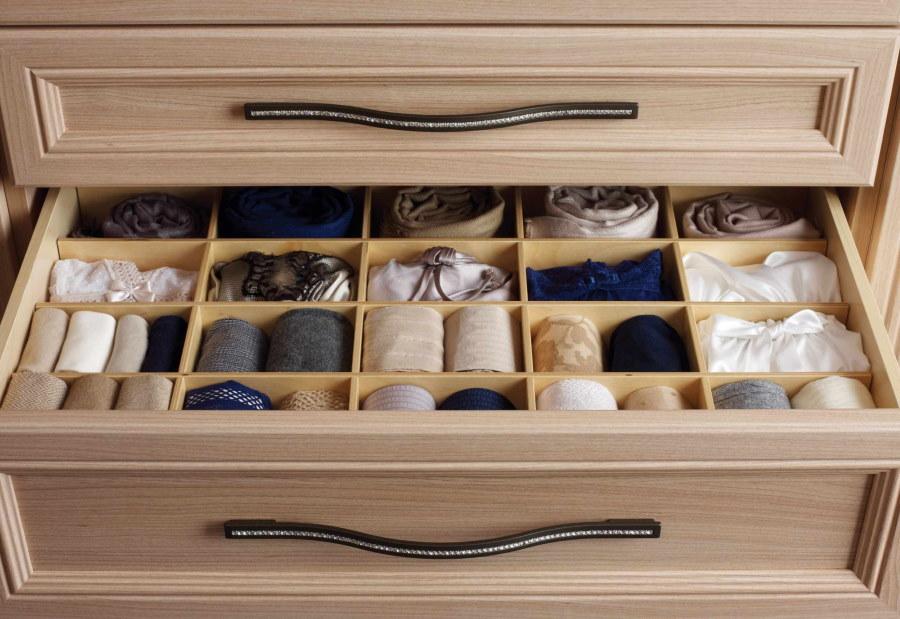 Выдвижной ящик шкафа с отсеками для мелких вещей