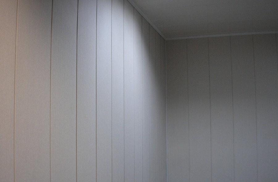 Отделка стен комнаты пластиковыми панелями