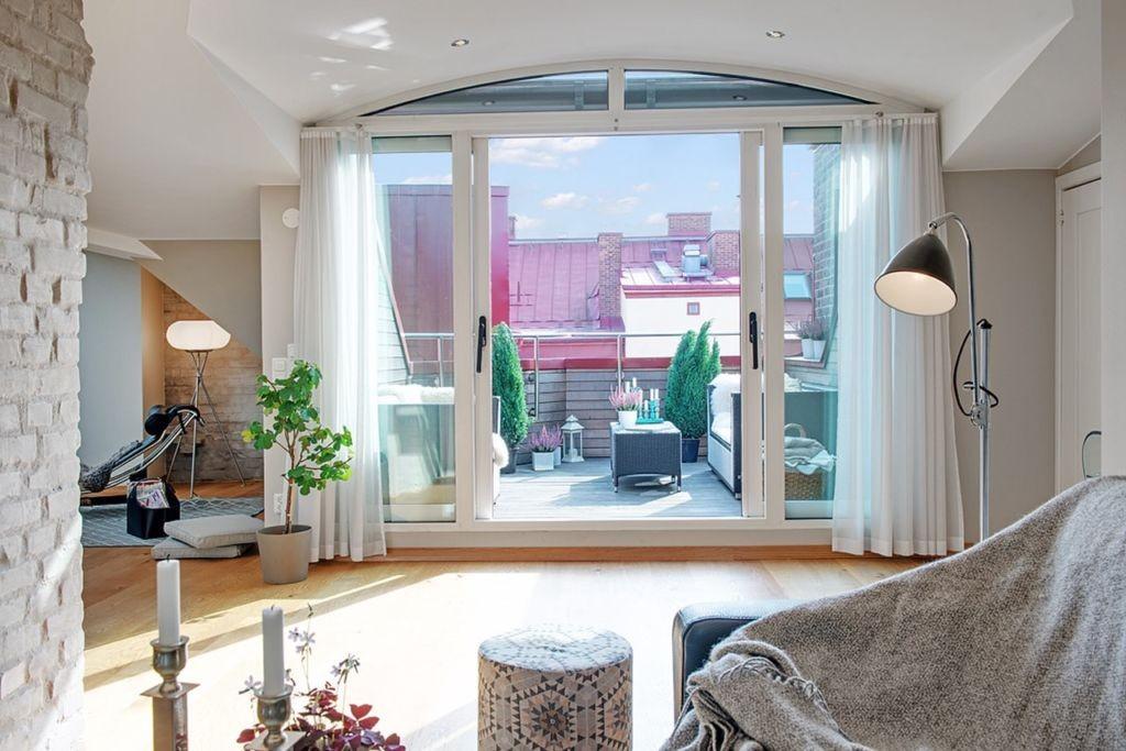 Панорамное окно между балконом и гостиной в доме
