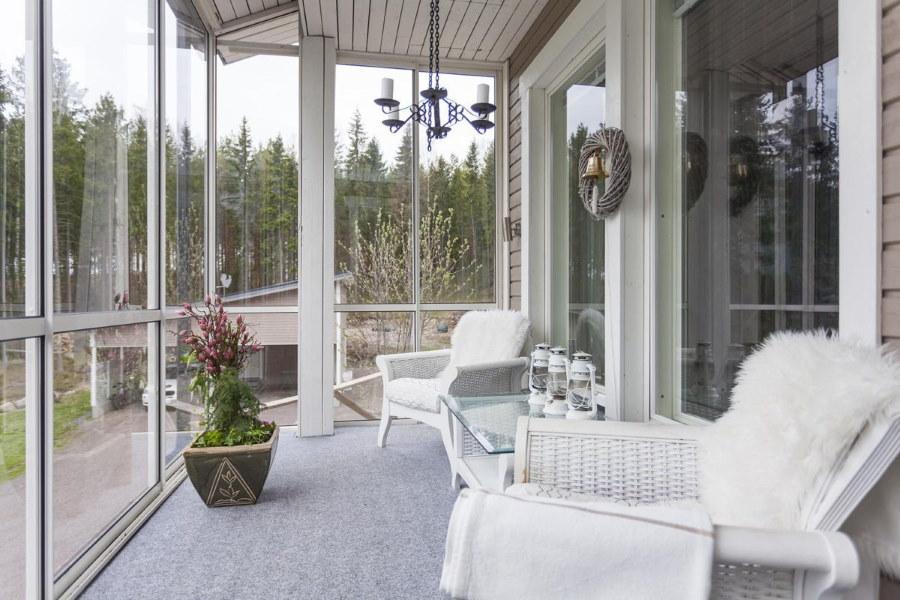 Панорамный балкон в загородном доме