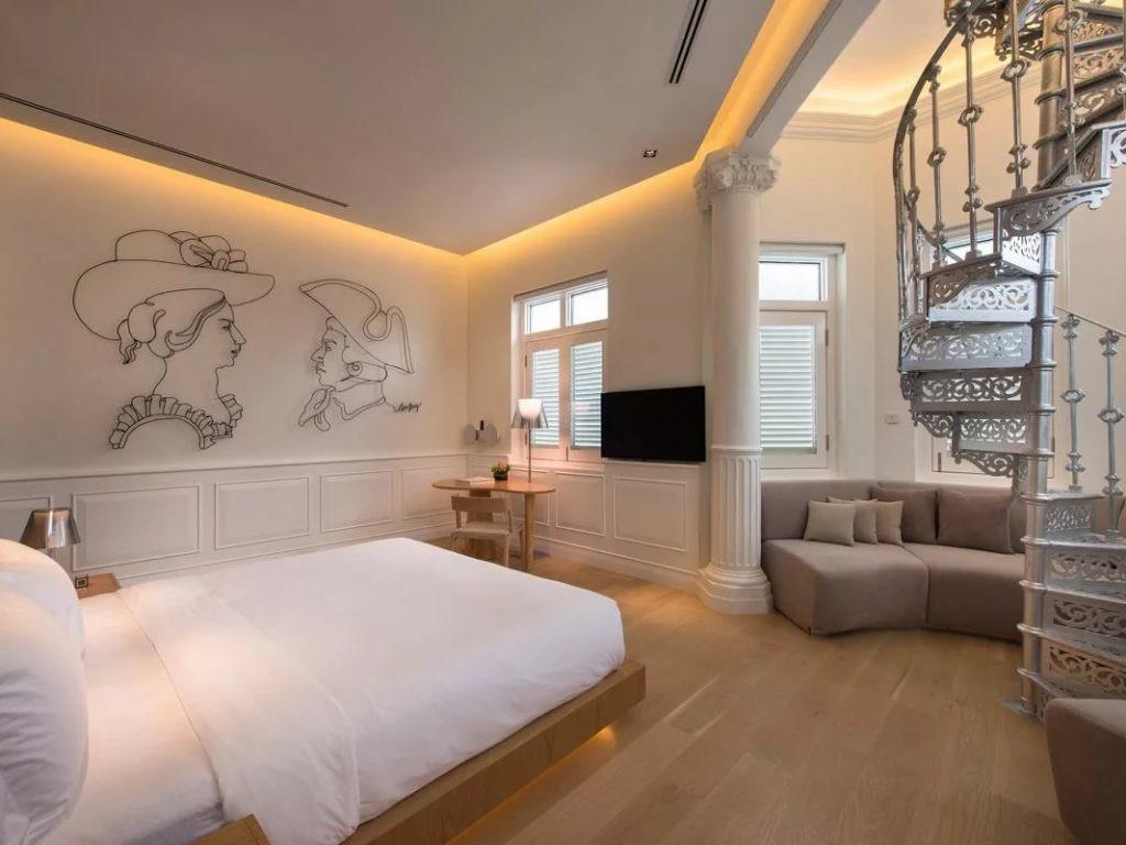 Парящий натяжной потолок в спальне с лестницей