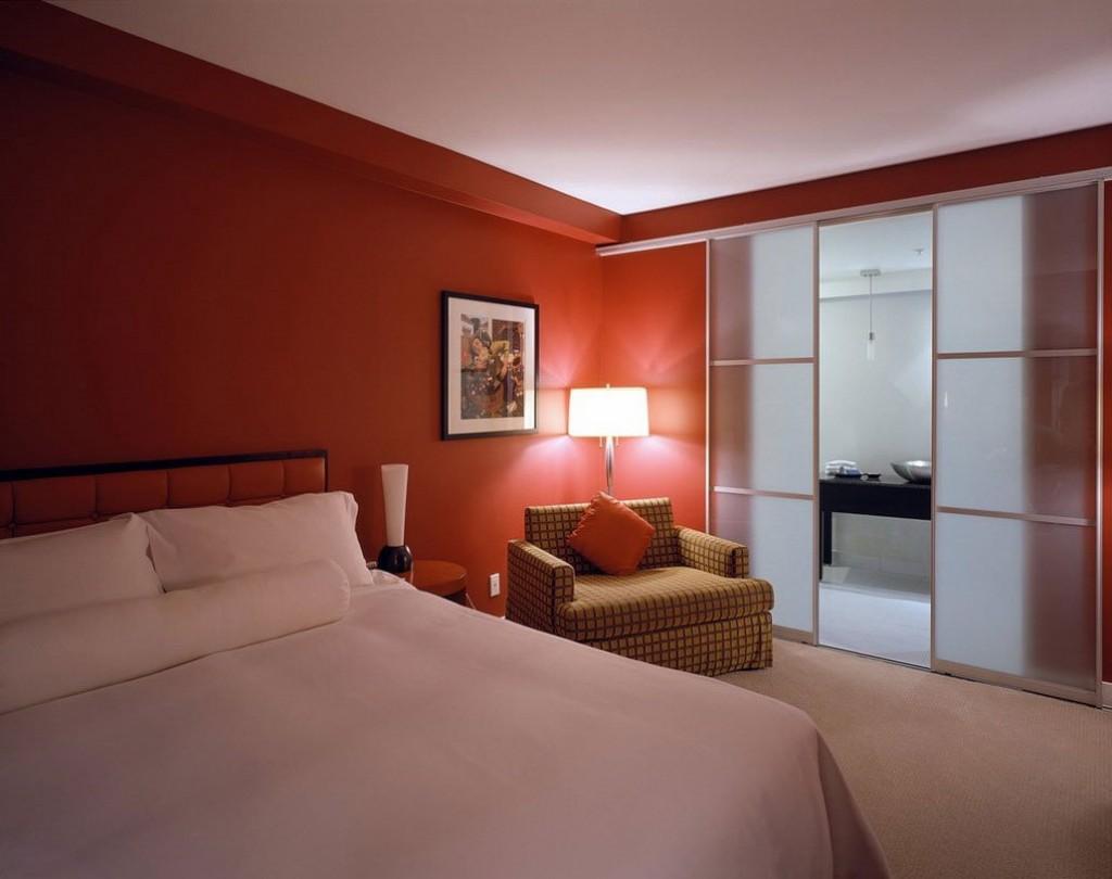 Красная стена в спальне без настоящего окна