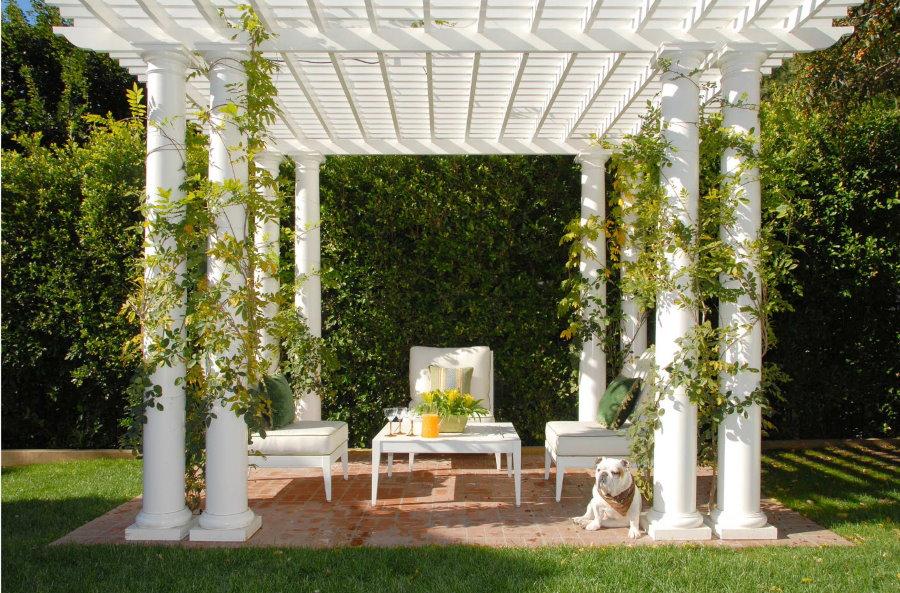 Белая мебель на патио с перголой из комбинированных материалов
