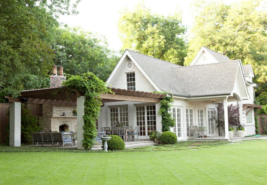 Загородный дом с перголой над верандой