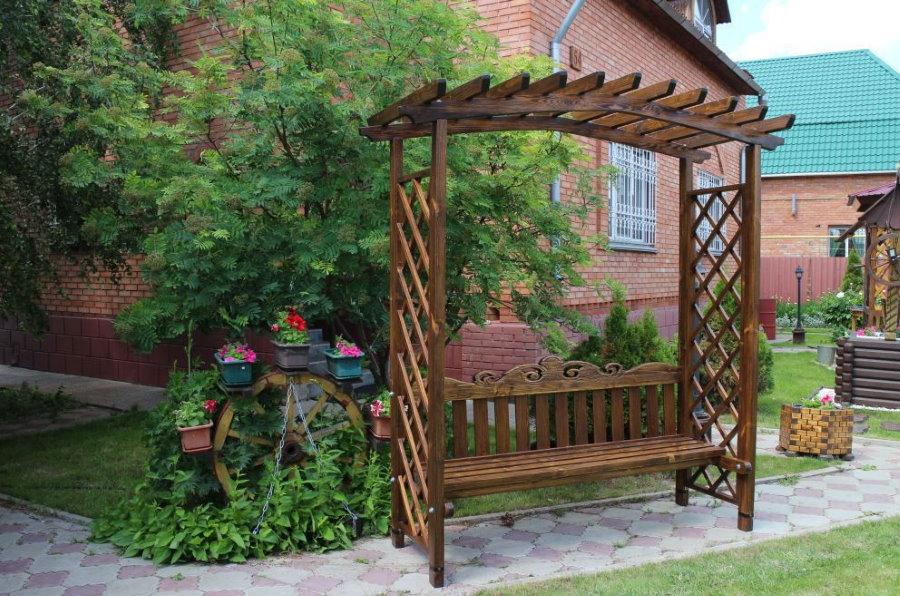 Пергола-скамейка из сосны на садовом участке