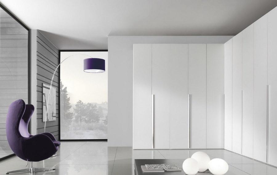 Угловой шкаф с фасадами из белого пластика