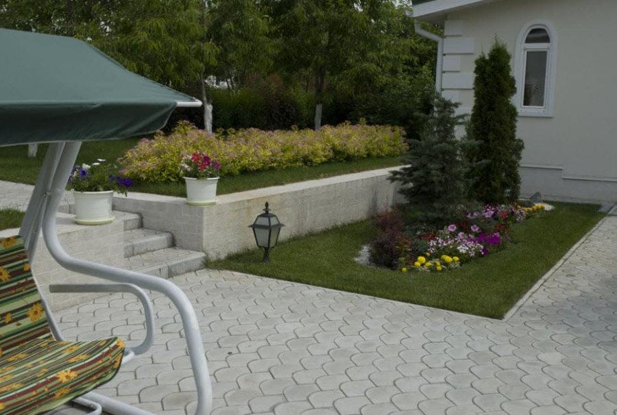 Плитка Чешуя во дворе кирпичного дома