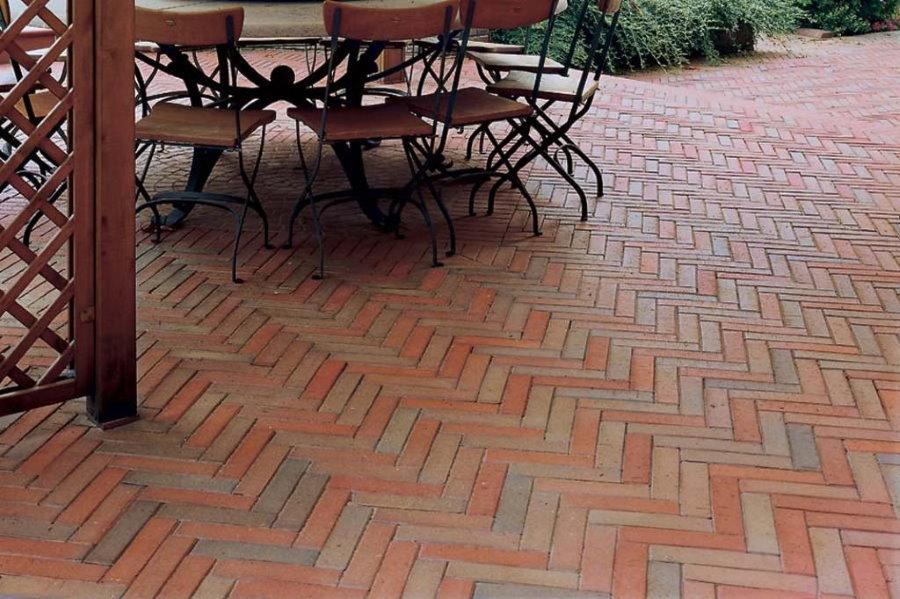 Укладка тротуарной плитки елочкой на площадке для отдыха