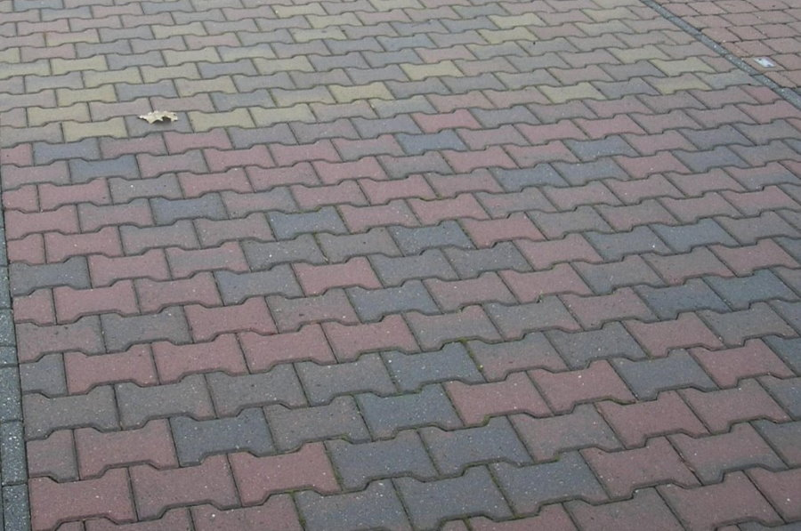 Плитка в форме катушки на поверхности двора