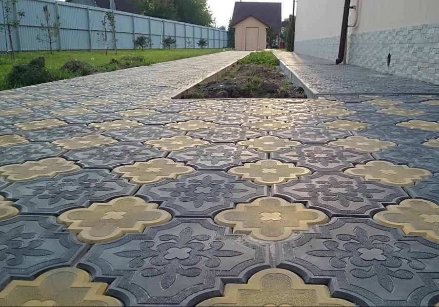 Двухцветная плитка Клевер во дворе дома