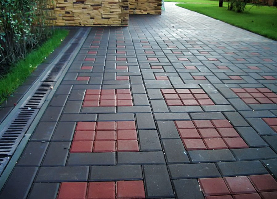 Прямоугольная плитка на тротуаре перед домом