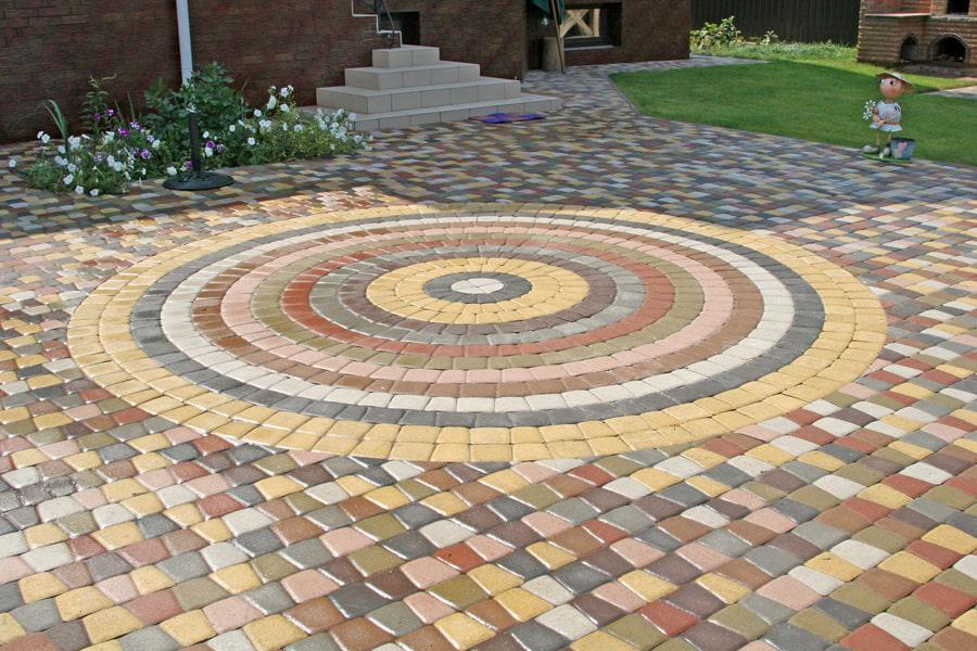 Мозаичная выкладка цветной плитки на садовом участке