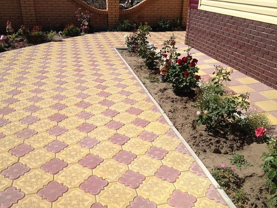 Тротуарная плитка Ромашка перед клумбой с розами