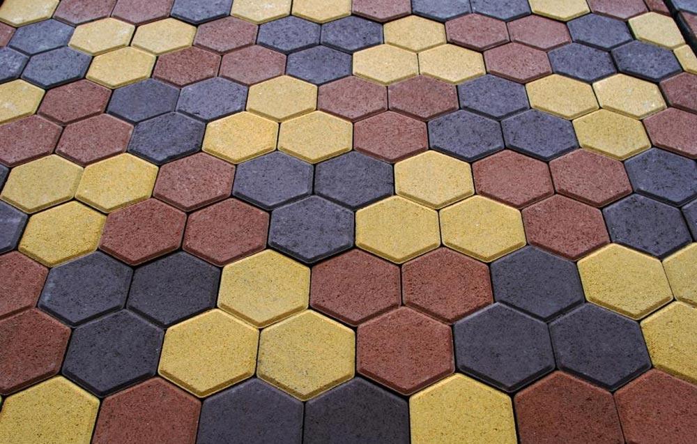 Разноцветная плитка соты во дворе дачи