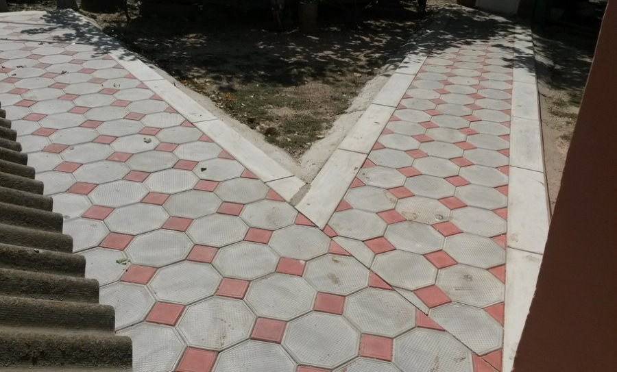 Дорожка к дому с покрытием из восьмиугольной плитки