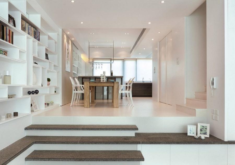Столовая зона на подиуме в гостиной комнате