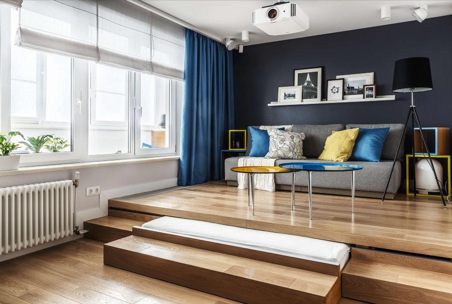 Подиум в просторной комнате с высоким потолком