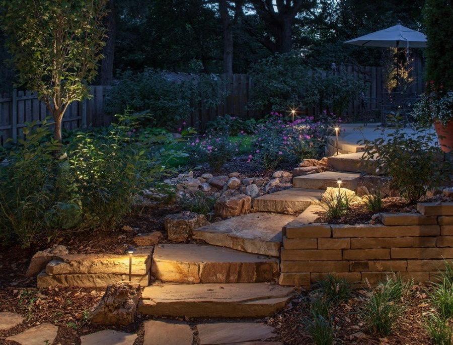 Подсветка ступеней садовой лестницы солнечными фонариками