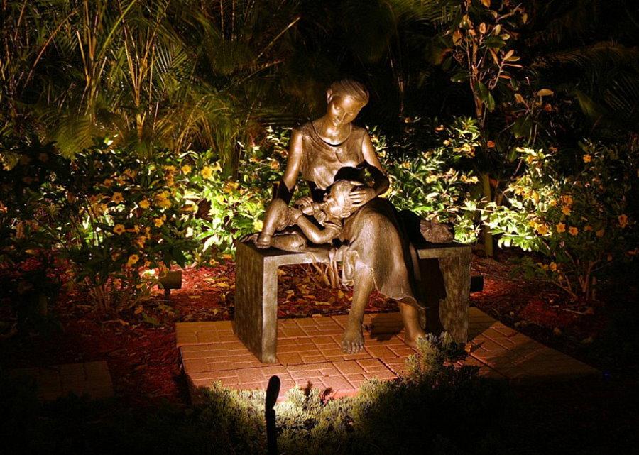 Декоративная подсветка скульптуры в ландшафте сада