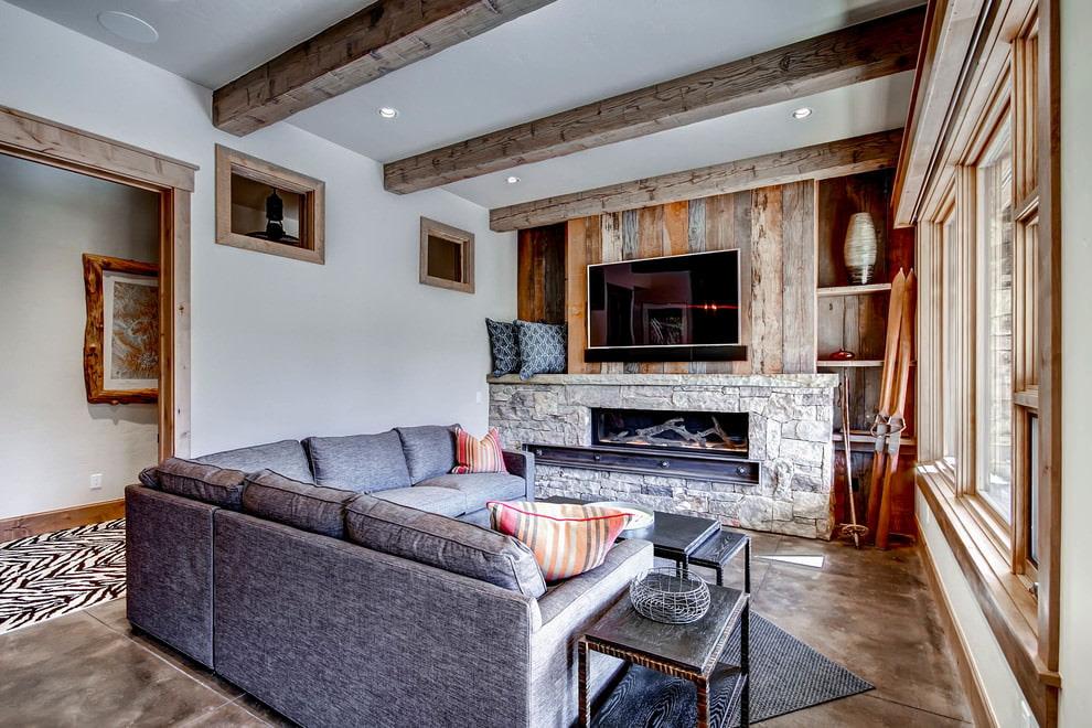 Деревянные балки на подвесном потолке гостиной