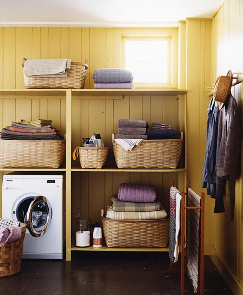 Удобные полки в домашней постирочной комнате