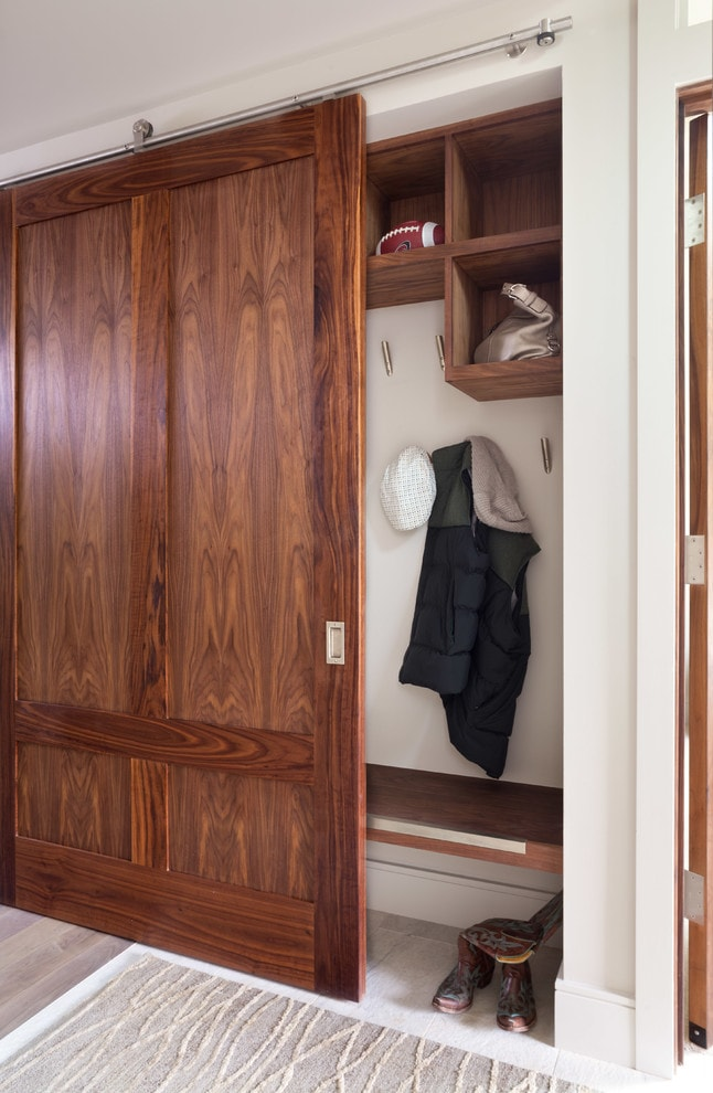 Деревянная створка на шкафу купейного типа