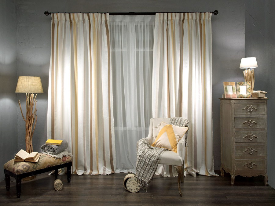 Выбор штор с полосками для гостиной комнаты