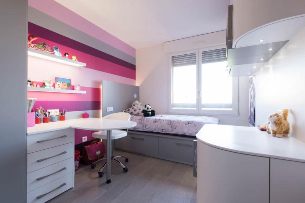 Полосатая окраска стен в комнате девочки