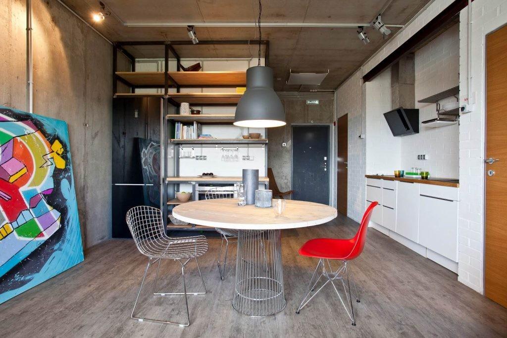 Кухня-гостиная в стиле лофта с ярким декором