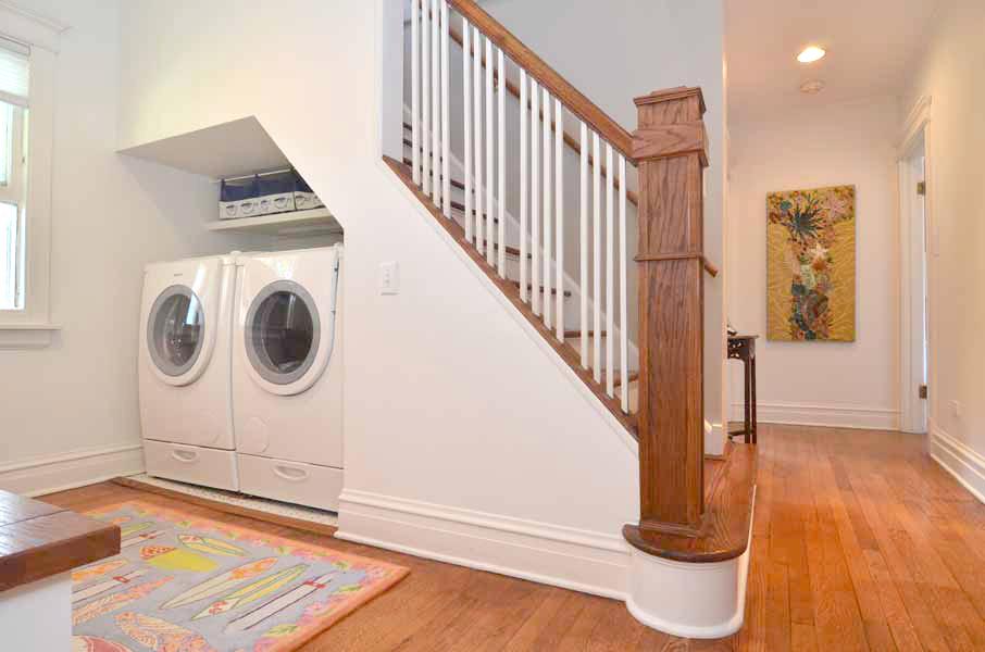 Стиральная машинка под лестницей в доме с мансардой