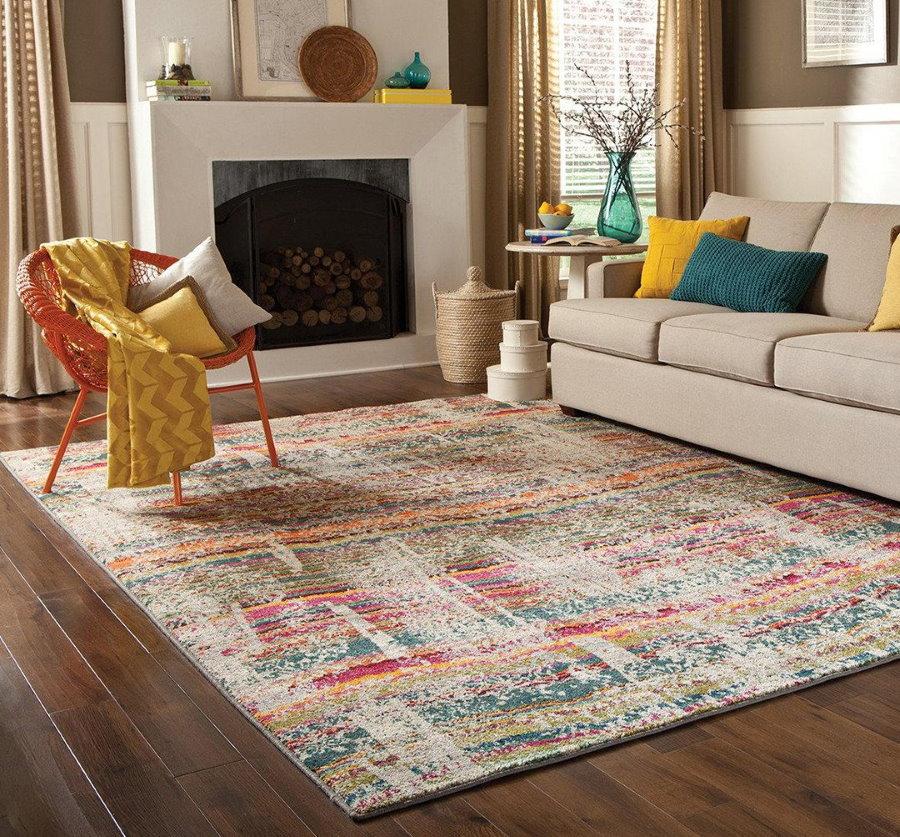 Интерьер гостиной с потертым ковром