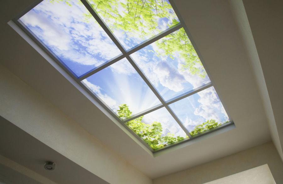 Имитация настоящего окна на потолке спальни
