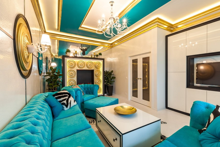 Золотистые плинтуса на потолке гостиной комнаты