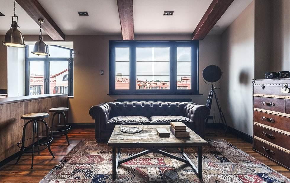 Кожаный диван в комнате лофтной стилистики