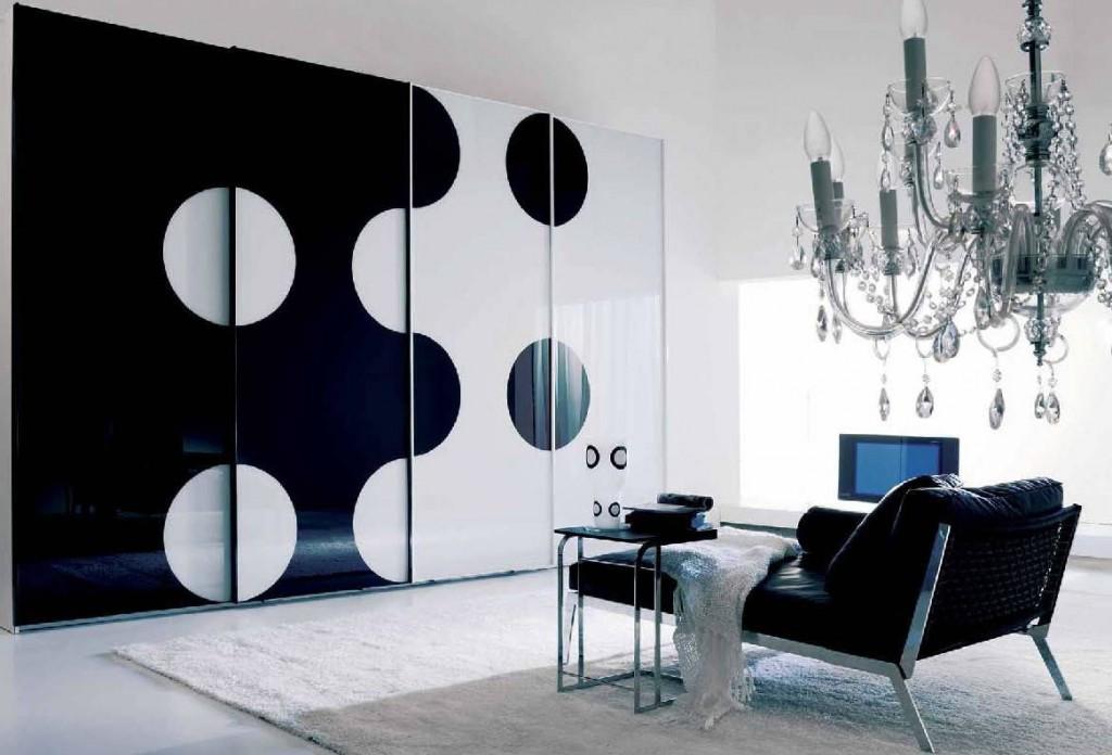 Черно-белая отделка стены в зале