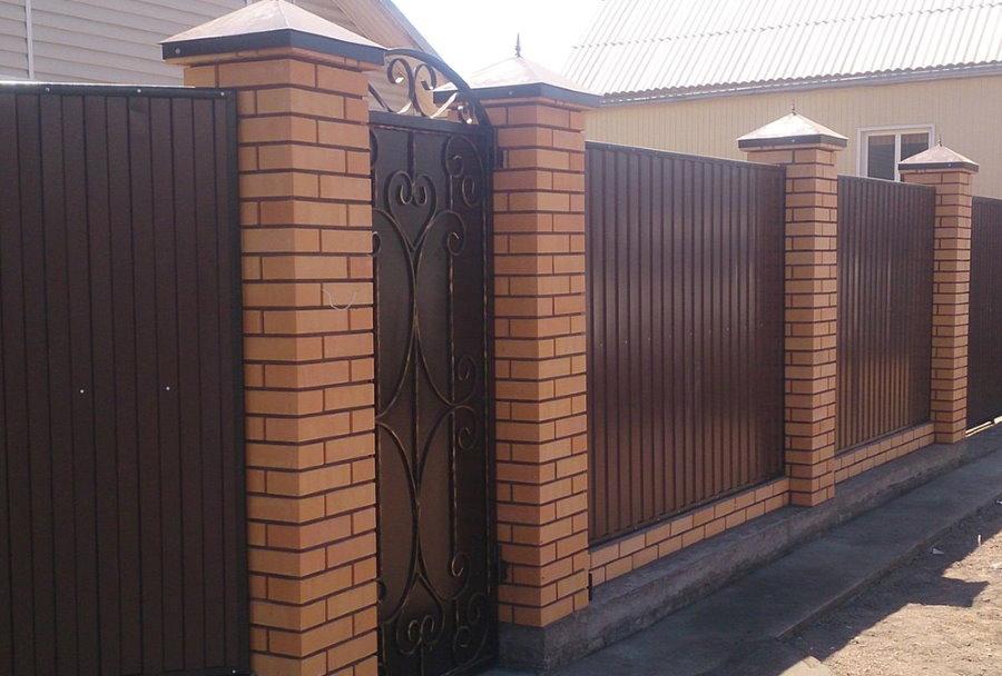 Ограда из профилированного листа на столбах из кирпича