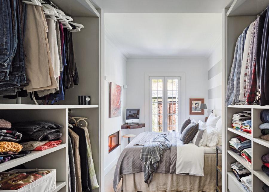 Двухсторонний гардероб перед дверью в спальню