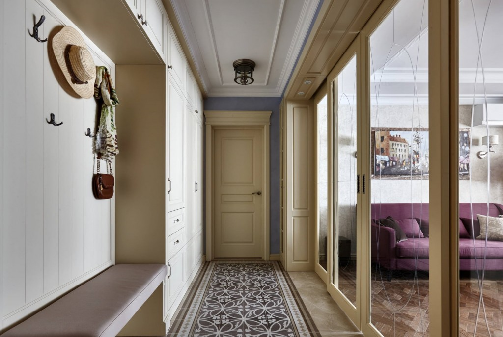 Раздвижная перегородка из стекла в длинном коридоре