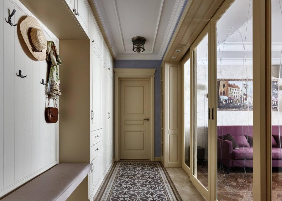 Раздвижная перегородка между гостиной и узким коридором