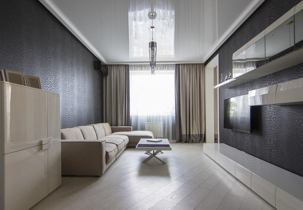 ПВХ-потолок с глянцем в зале двухкомнатной квартиры