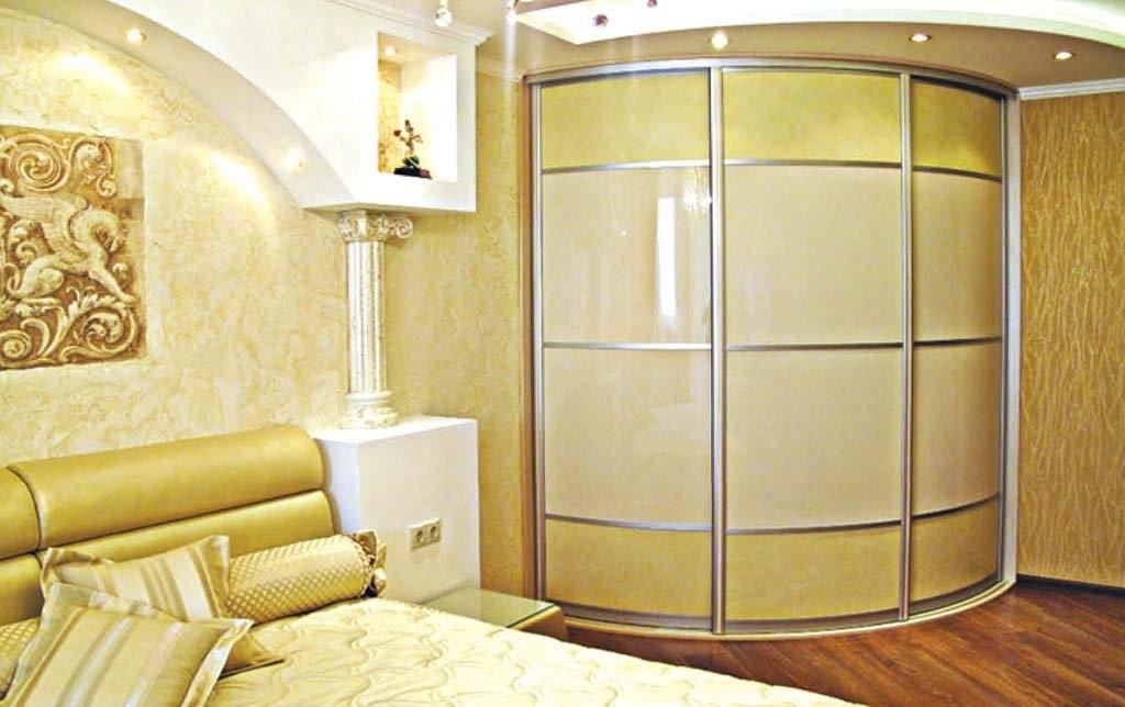 Полукруглый угловой шкаф в спальне классического стиля