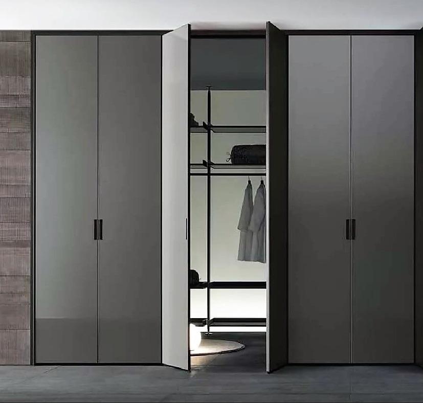 распашной шкаф в прихожую серого цвета