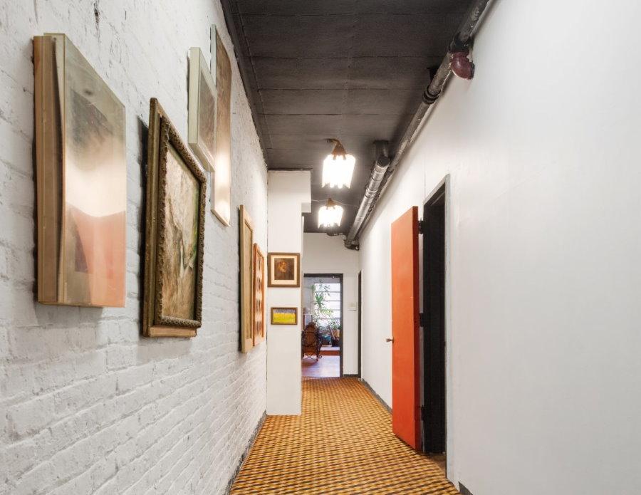 Разные картины в длинном коридоре частного дома